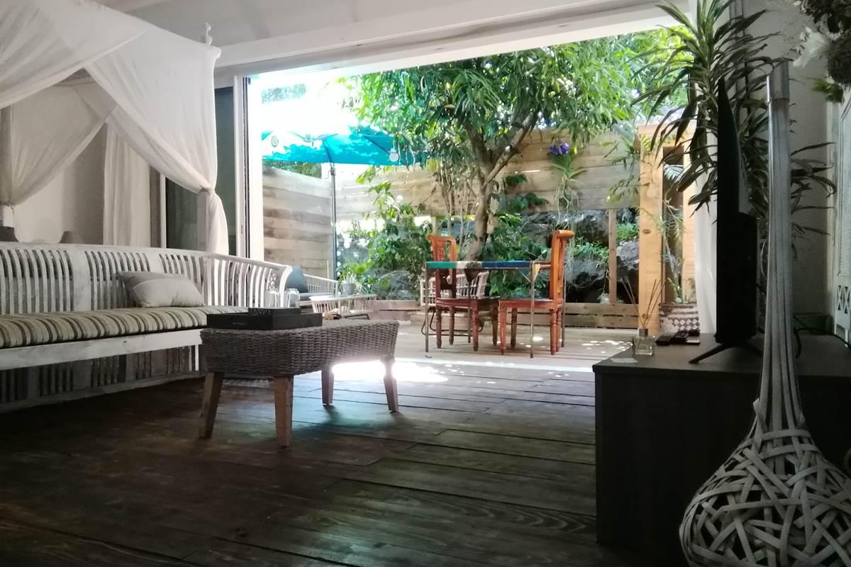 Intérieur de la Suite Romantique. Elle a est volumineuse et spacieuse. Elle a un petit patio privatif équipé d'un jacuzzi. Vous êtes dans un petit cocon au Jardin de  Ravintsara à l'Ile de la Réunion.