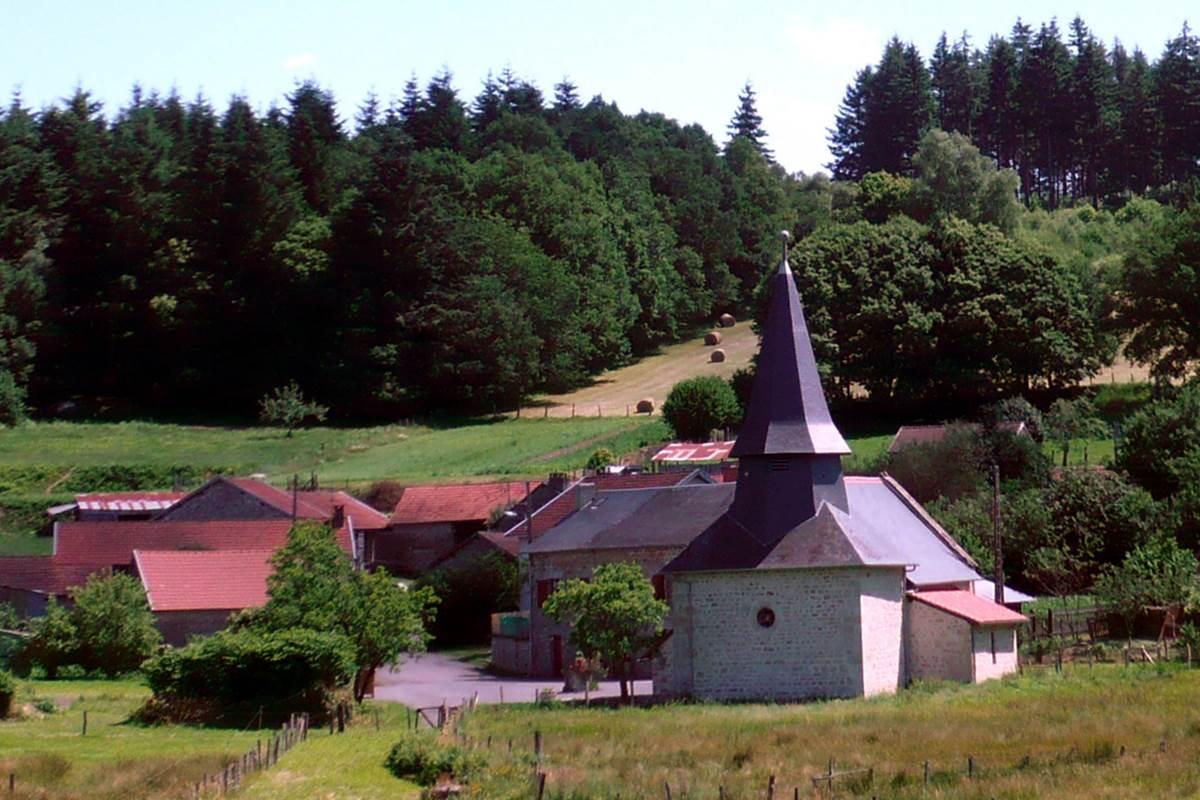 Eglise d'Augne, dans le bourg à 4 km du Ranch des Lacs, la plus petite église du département 87