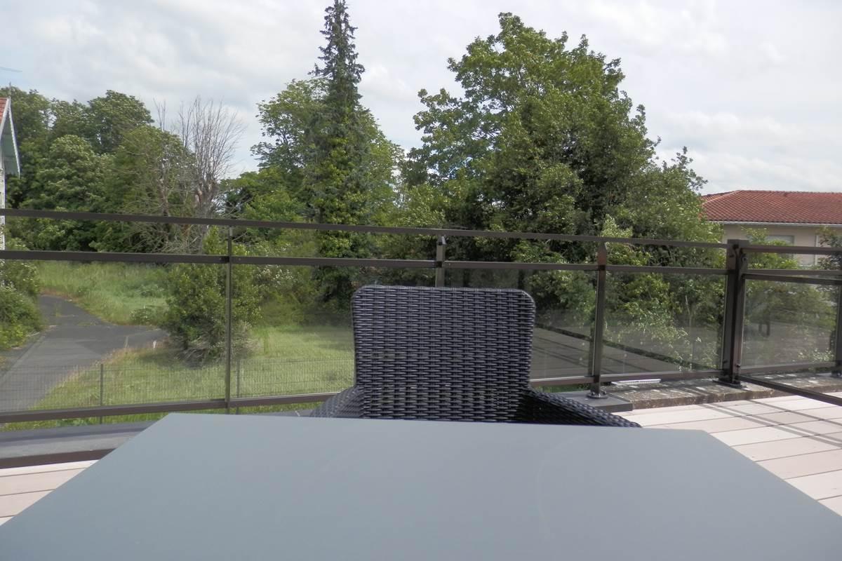 Terrasse privative avec vue sur parc.