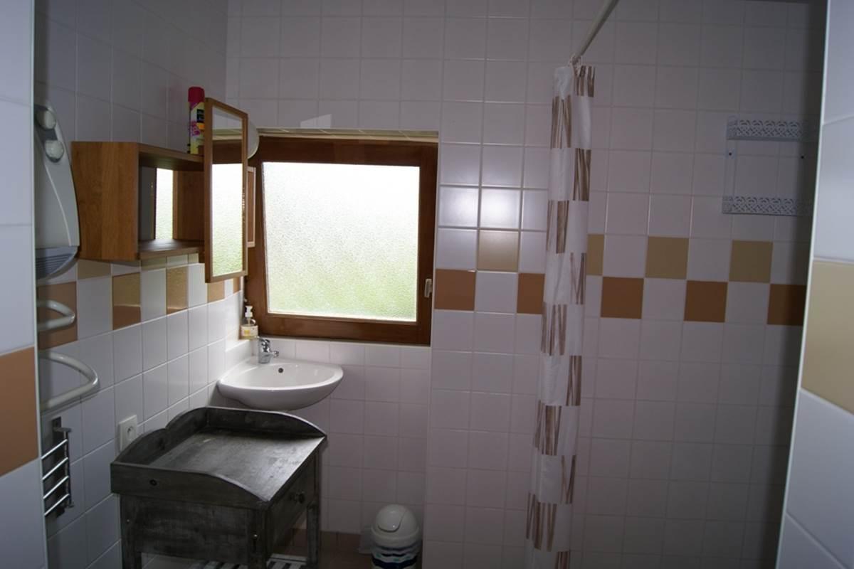 gite 4 - Chapiteau - lavabo et douche