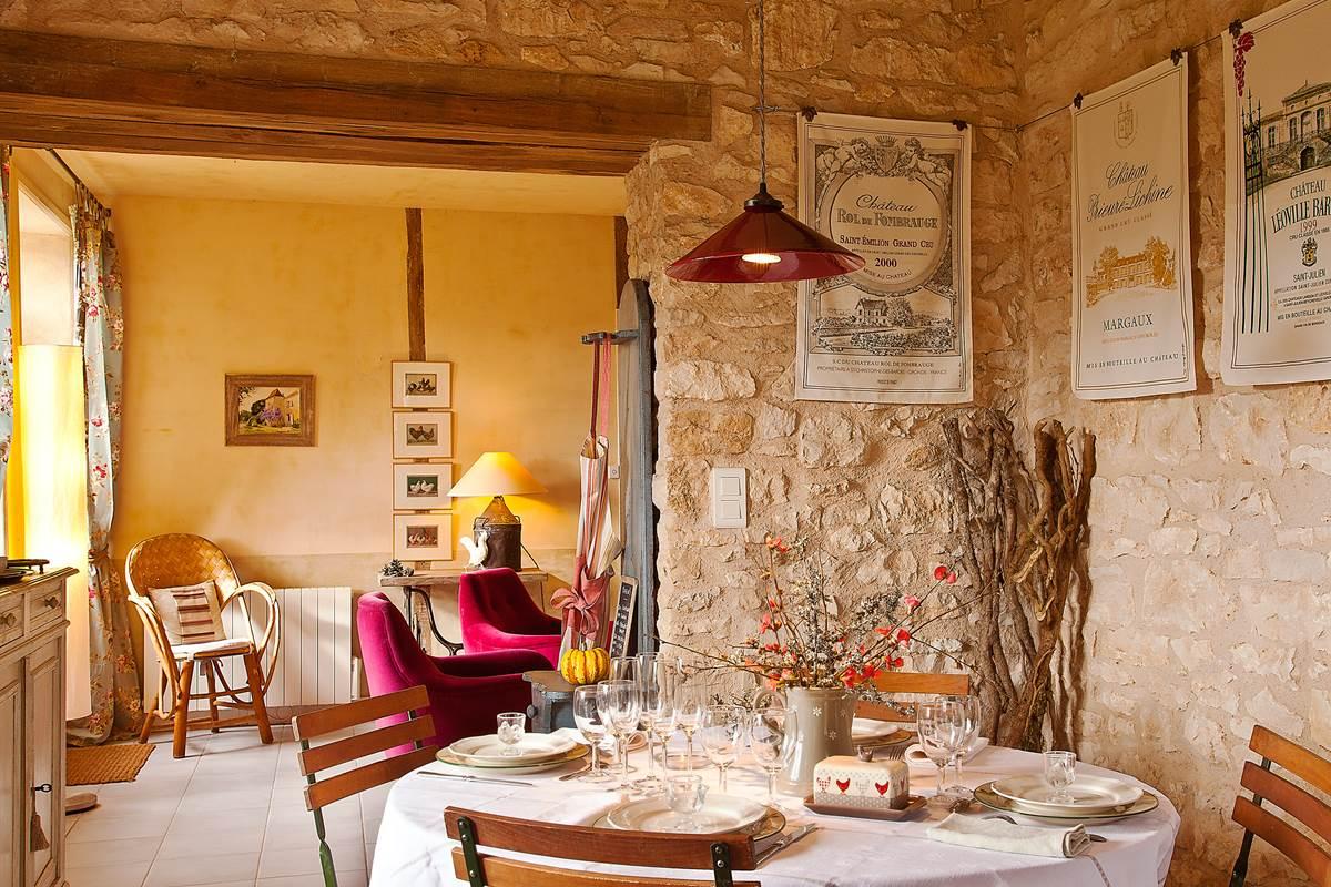 Coin salle à manger lumineux largement ouvert sur le salon
