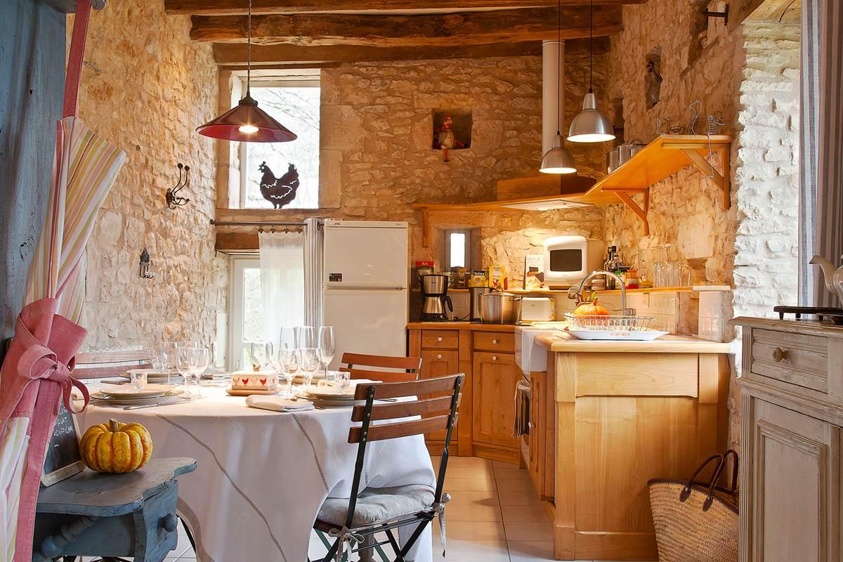 Cuisine-salle à manger de charme équipée d'appareils ménagers de luxe, accès direct au jardin privé
