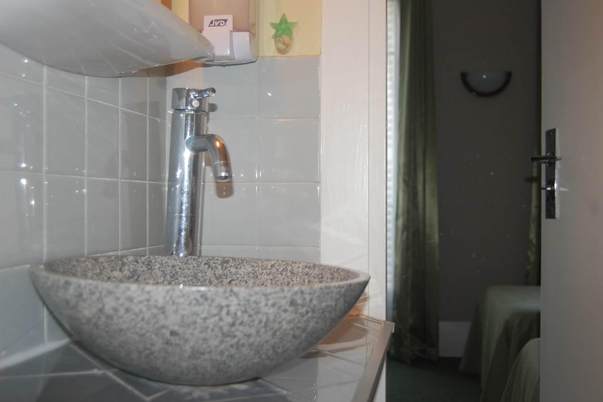 salle de bain côté rue jean bart 75006 paris quartier latin