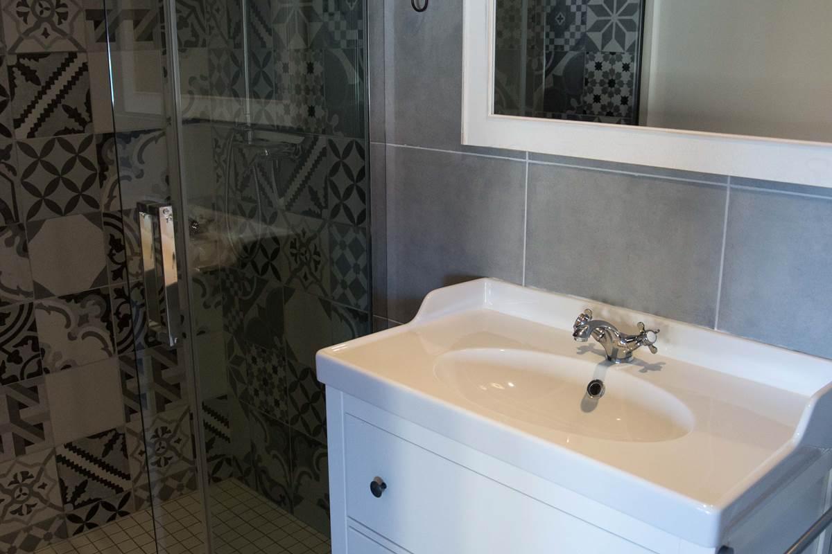 Salle d'eau avec douche à l'italienne.