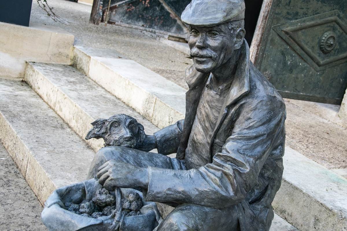 Statue à Lalbenque © Lot Tourisme - C