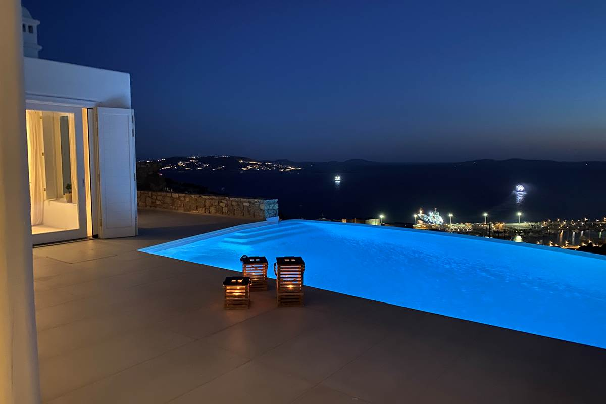 Swimming pool by night !
