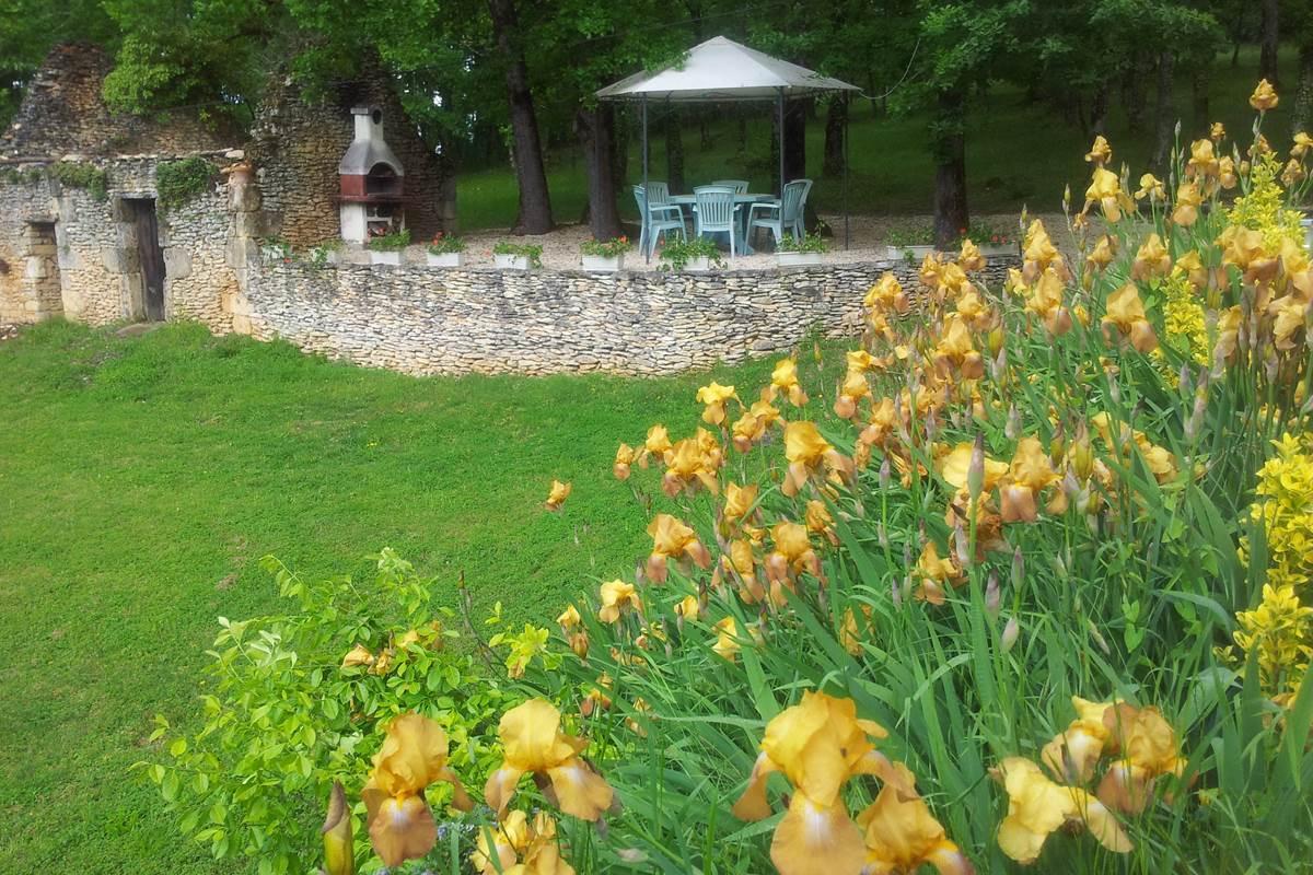 gazebo barbecue iris chambres d'hotes dordogne feuillantines