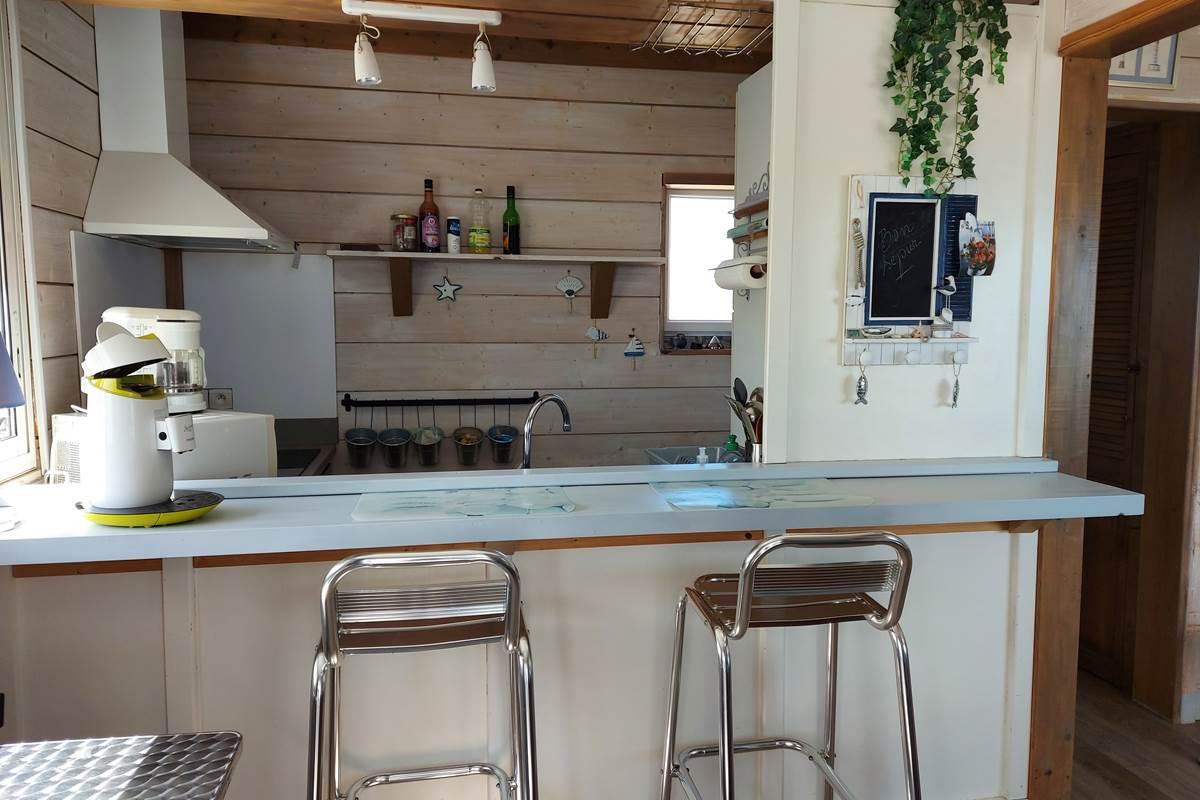 vue sur bar et coin cuisine