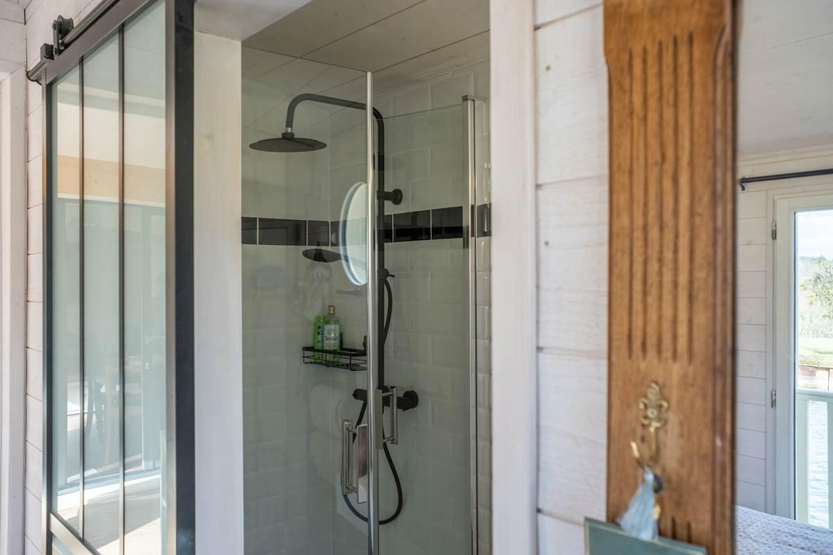 Salle de bain avec douche, lavabo, WC