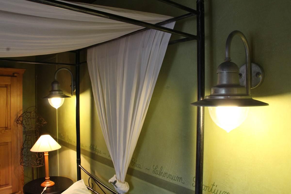 détail du lit a baldaquin en fer forgé , lampe chromé