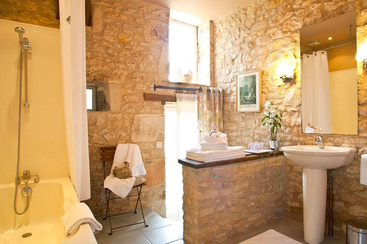 Salle de bain de charme avec accès direct au jardin
