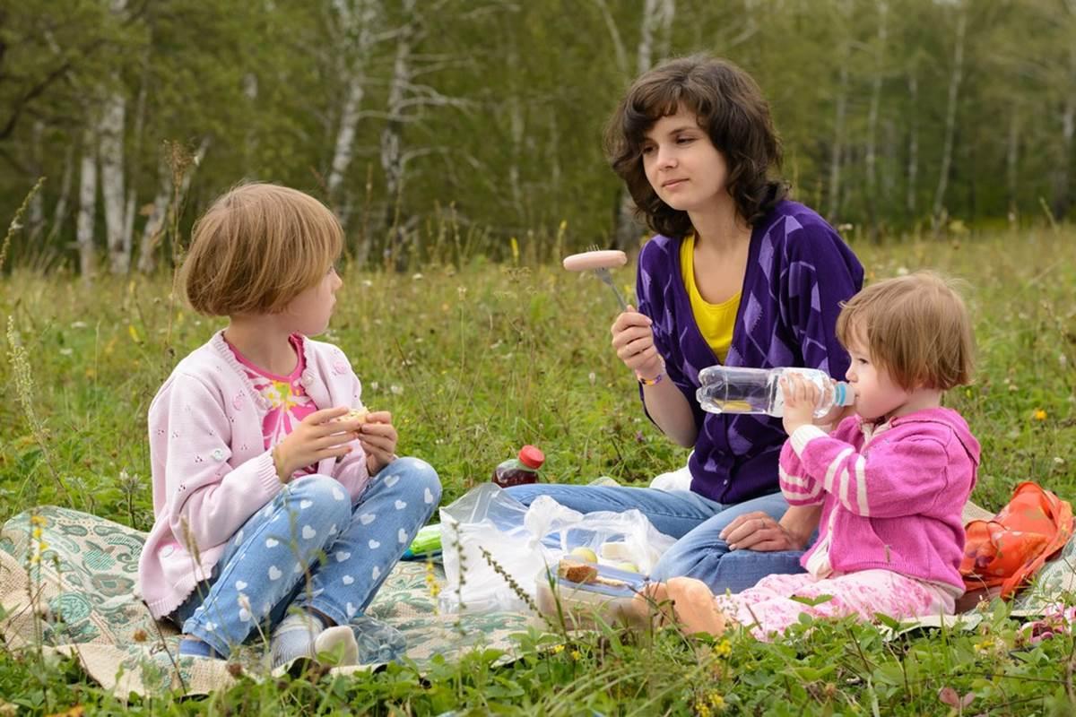 asinerie-badjane-dejeuner-sur-l-herbe-maman-avec-ses-filles-redim