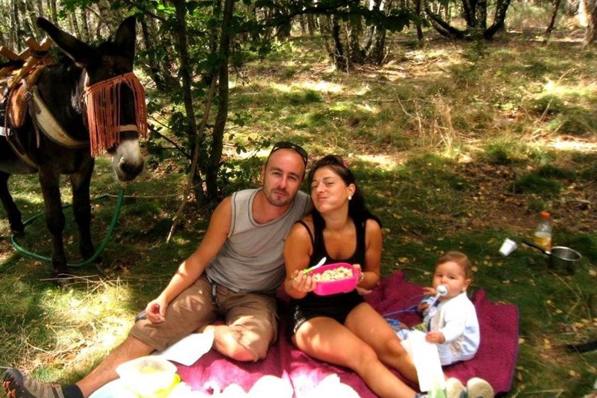 asinerie-badjane-dejeuner-sur-l-herbe-avec-bebe-et-moka