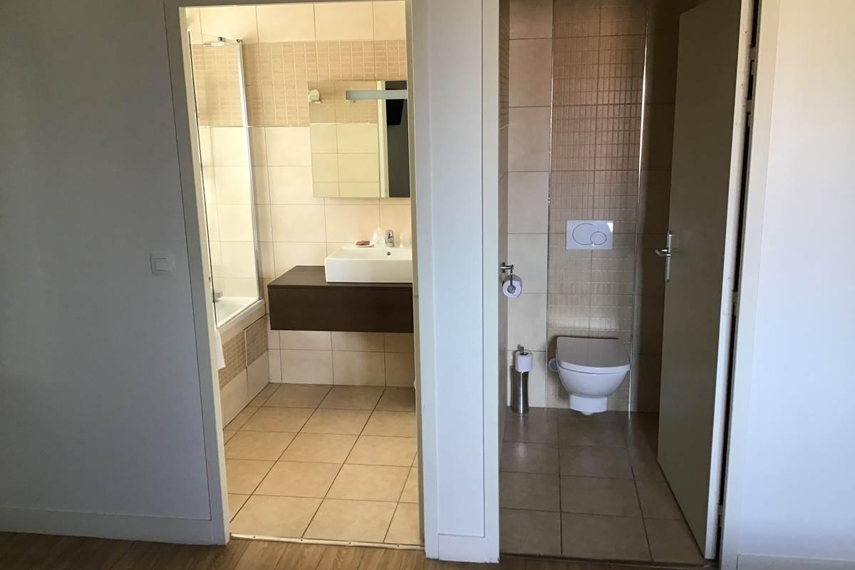 Chambre Double Supérieure - Salle de Bain Équipée avec Toilettes Séparées