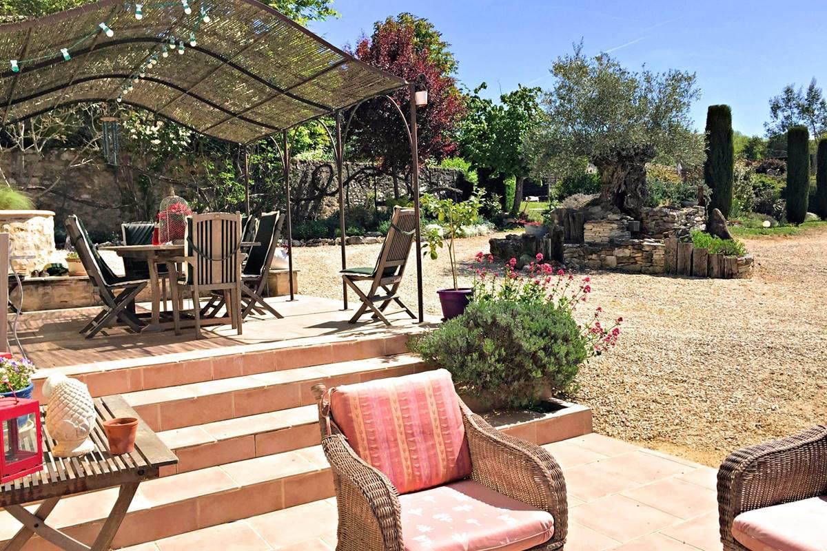 Les terrasses avec vue sur l'olivier et le jardin