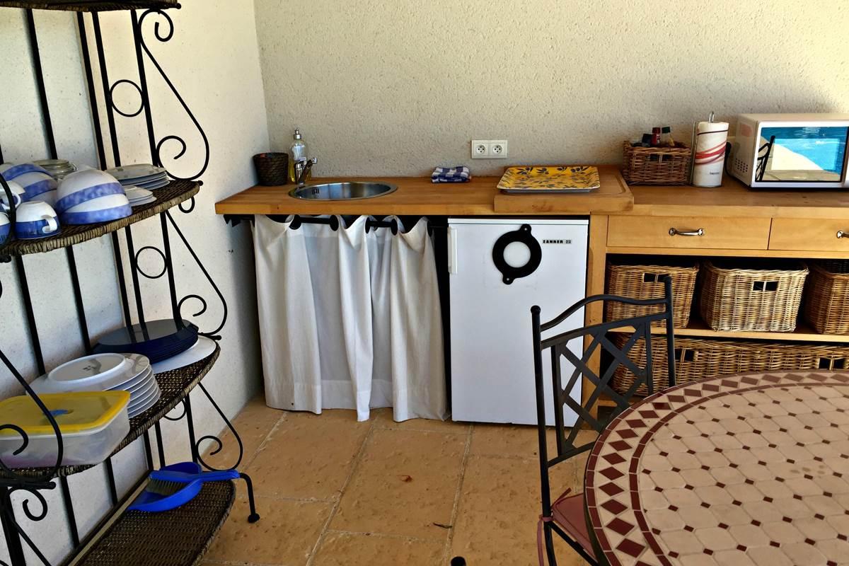 Une petite cuisine d'été avec le nécessaire pour pique-niquer au bord de l'eau