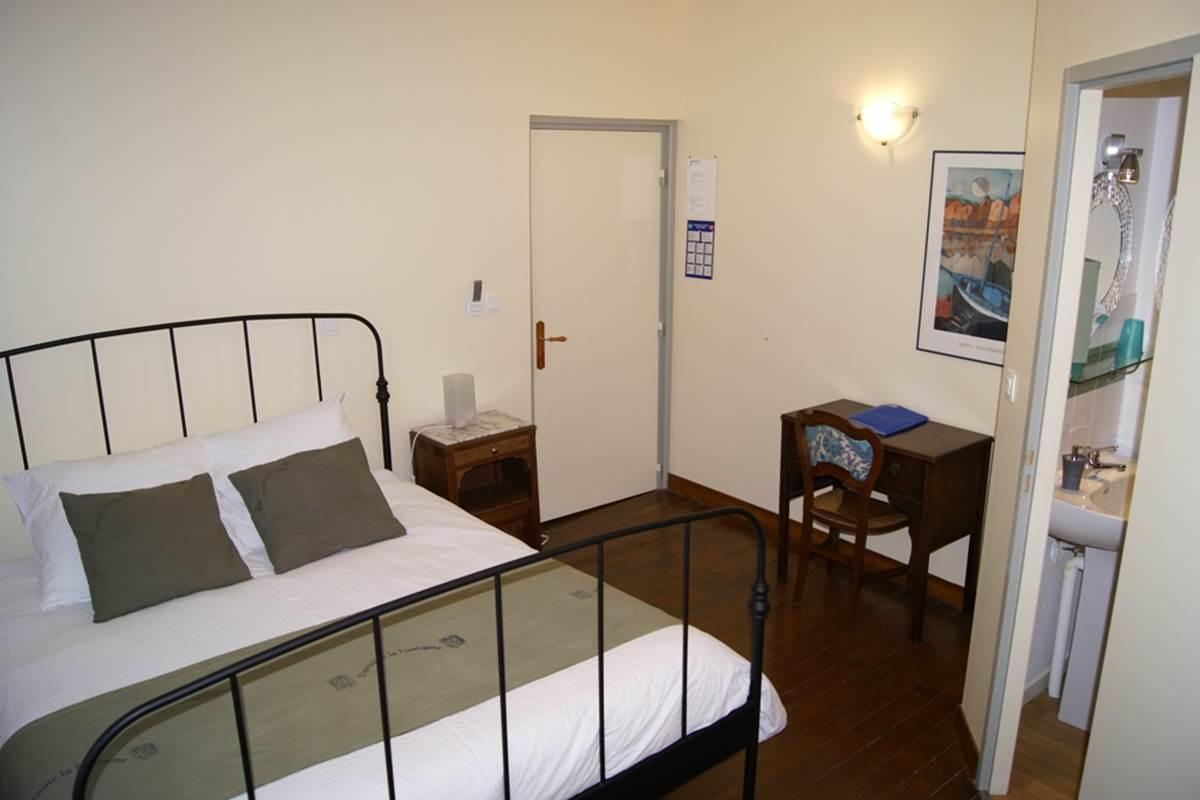 chambre 3 - lit et bureau