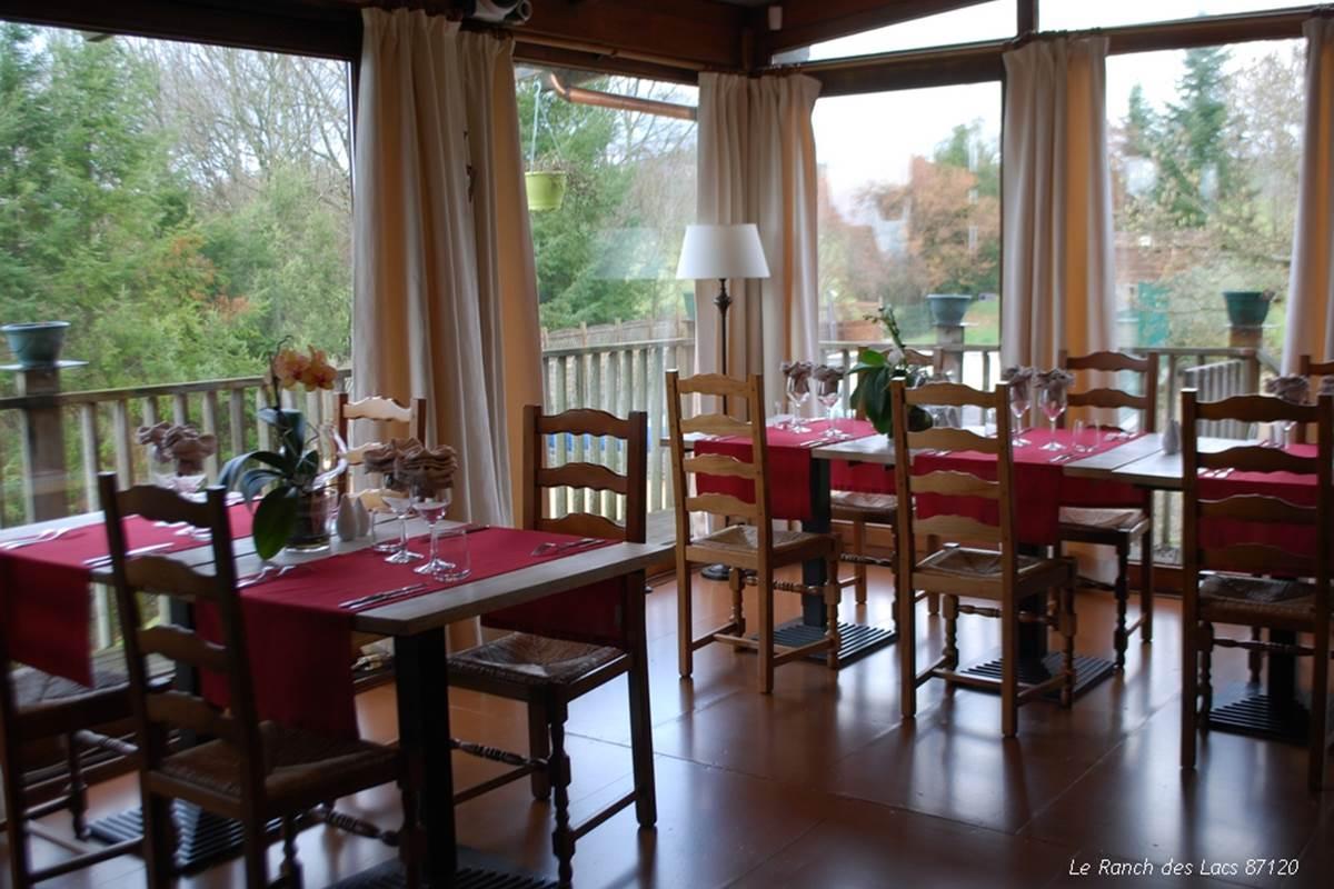 salle de restaurant en pleine nature, vue panoramique Le Ranch des Lacs