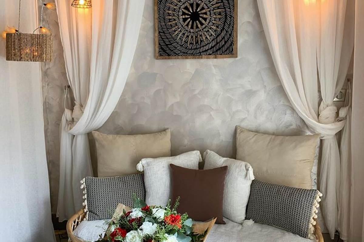 Le salon avec un joli bouquet de fleurs en option