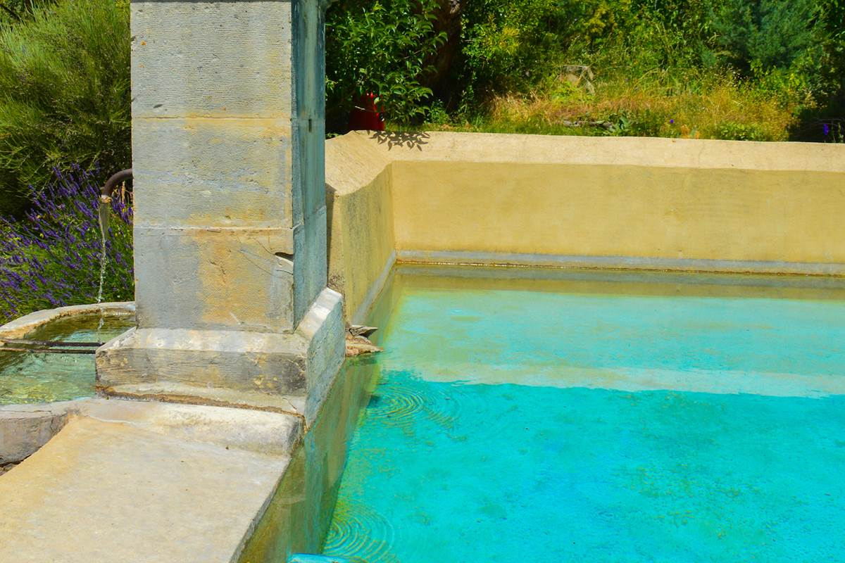 Le bassin de la Bastide du Claus et son eau de source