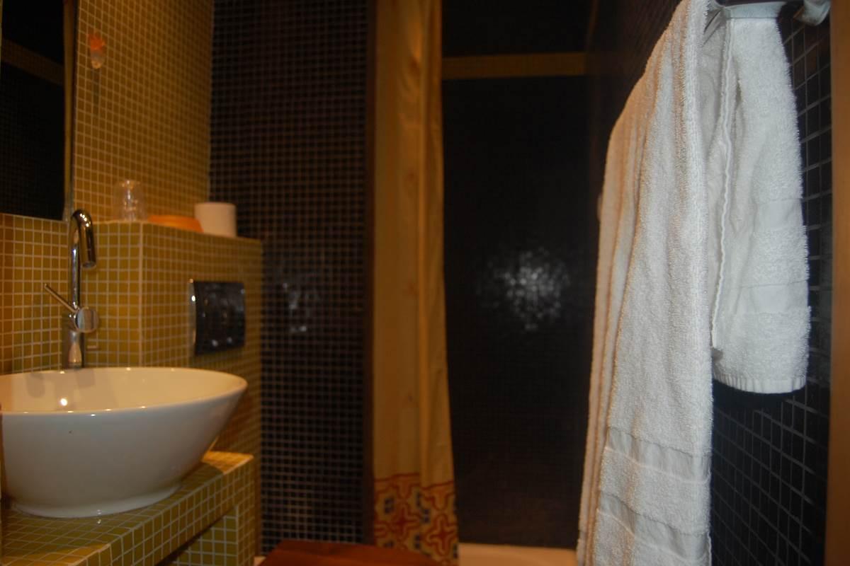 Salle de bain côté cour Hôtel Jean Bart près rue Vaugirard rue rennes rue assas Paris 6