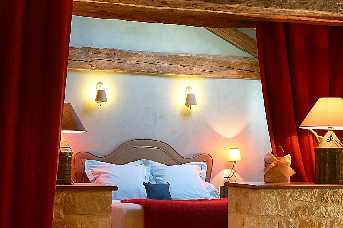 Chambre avec lit Queen-size ouverte sur l'espace du séjour