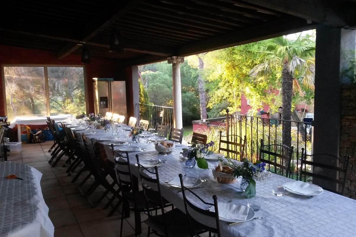 table de 25 personnes sous la terrasse