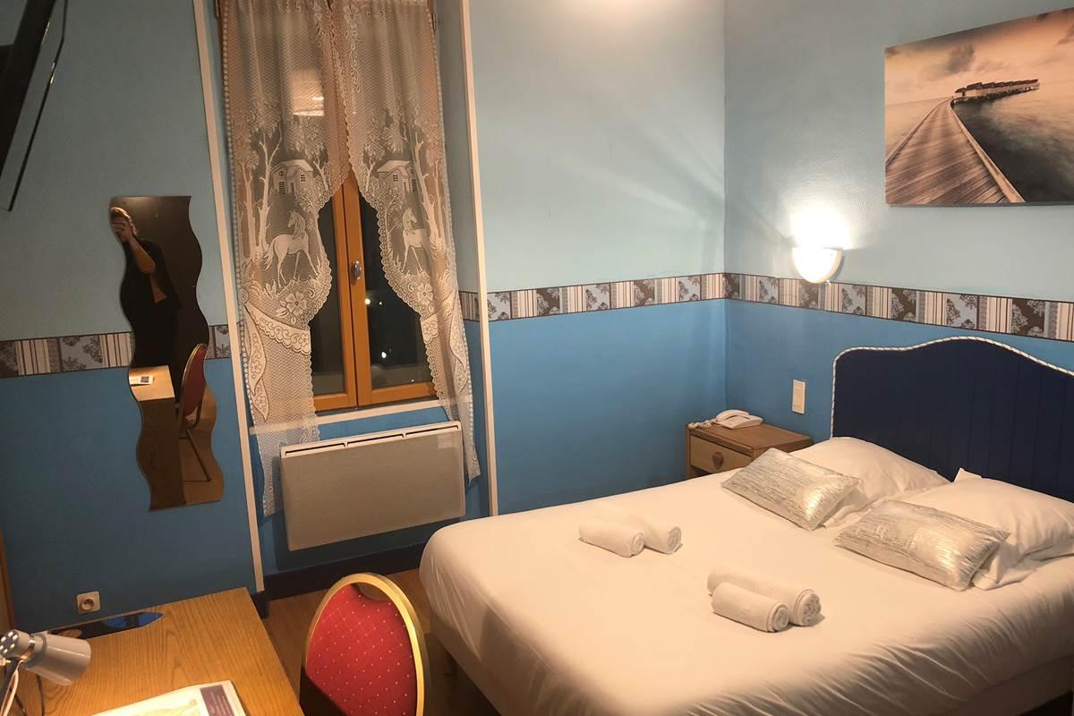 chambre double batisse cour, 1er étage, vue sur cour intérieure et campagne, à Périgueux