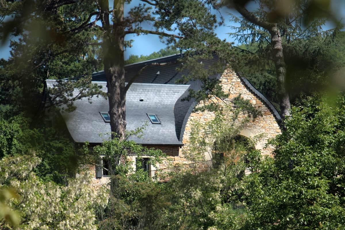 La grange étable vue depuis la vallée révélant la forme atypique de sa toiture à la Philibert Delorme