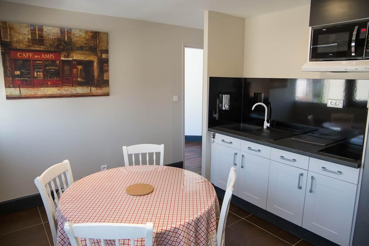 Cuisine indépendante équipée du logement familial.