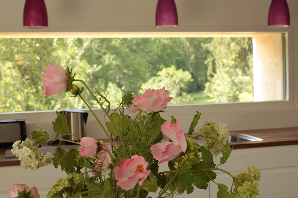Gîte Côté Donjon et son ouverture horizontale permettant une vue panoramique depuis les éléments de travail équipant la cuisine