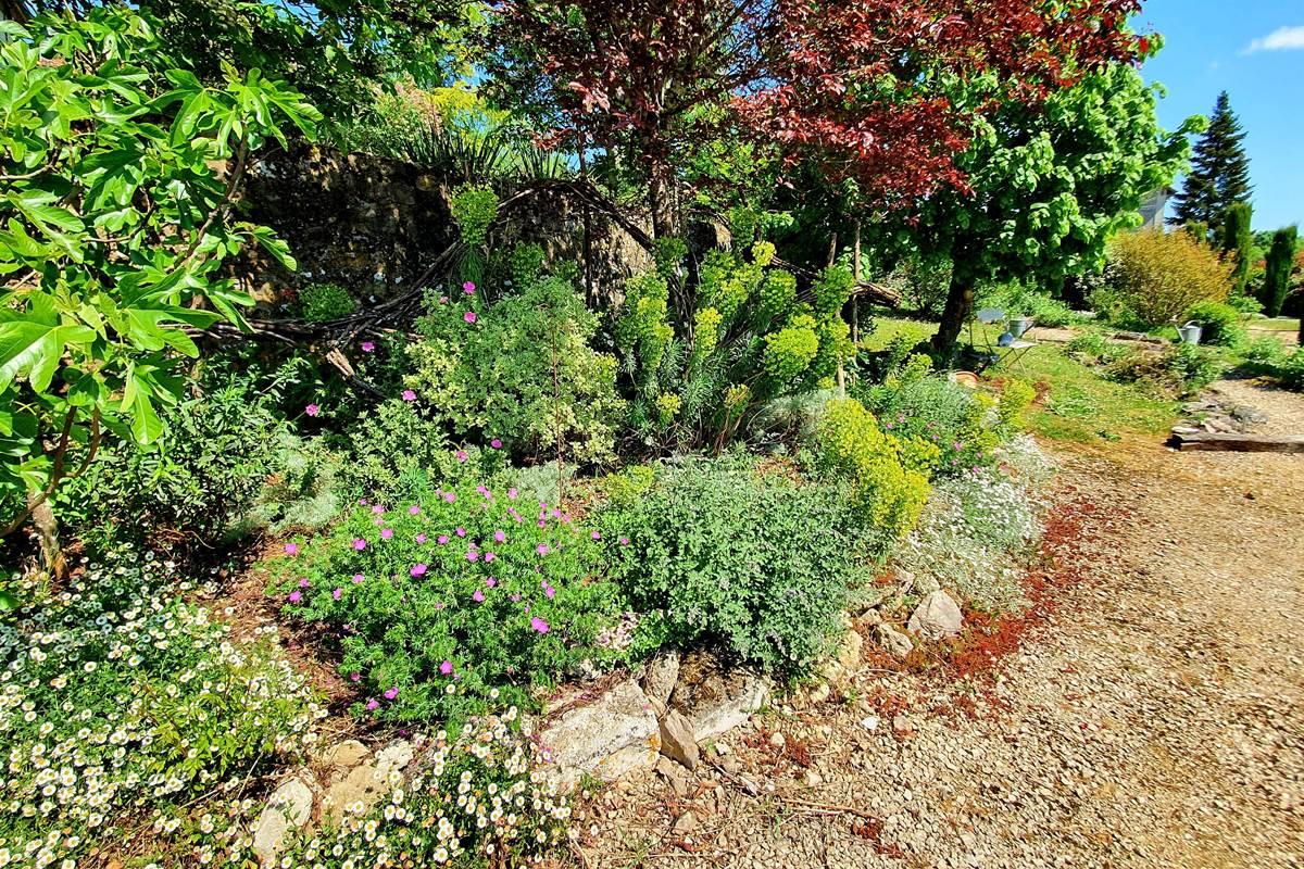 Le jardin paysagé et son chemin menant à la piscine