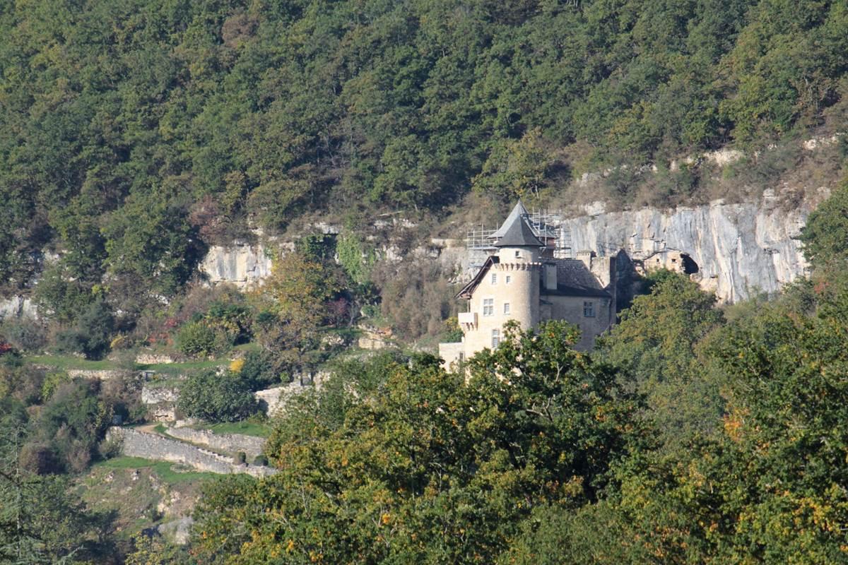 Le chateau de Larroque-Toirac vu depuis le Broual