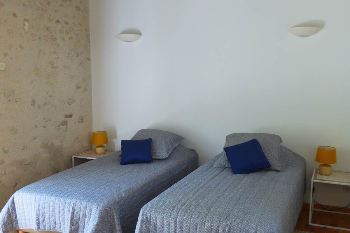 chabre avec deux lits