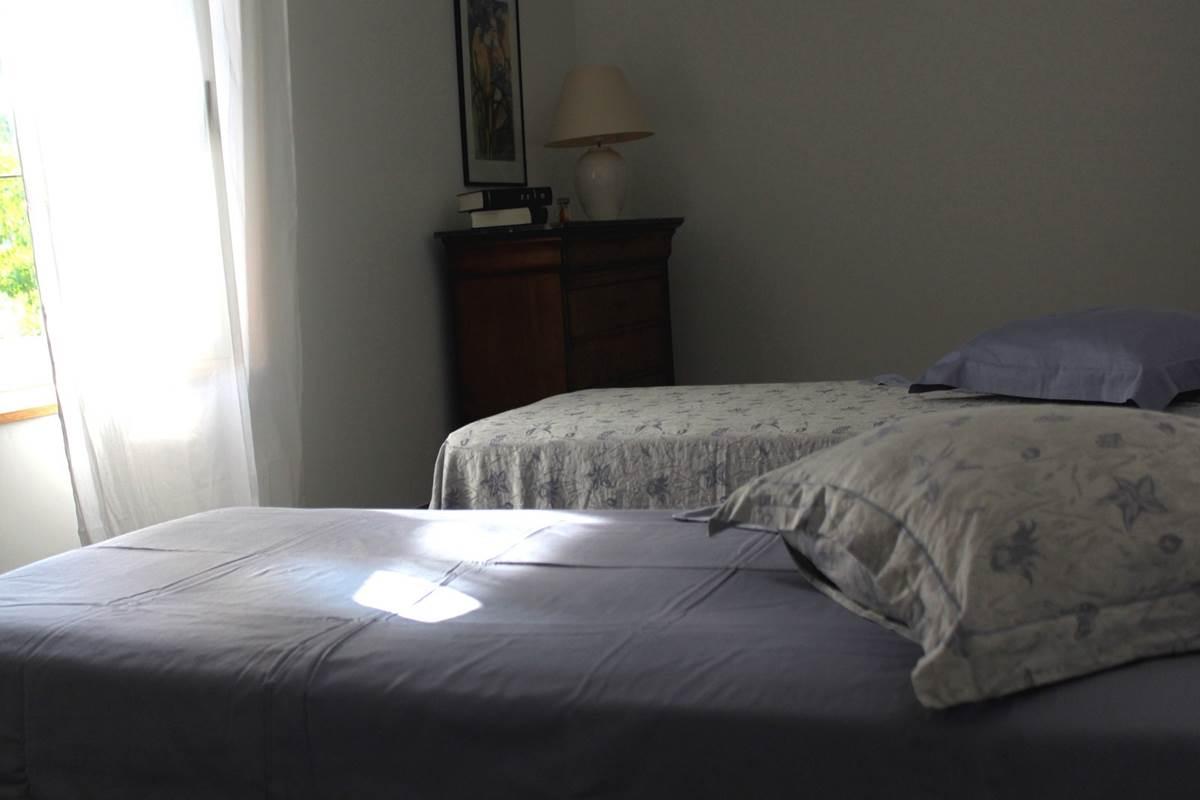 Une des Chambres 3 lits avec salle de bain privative