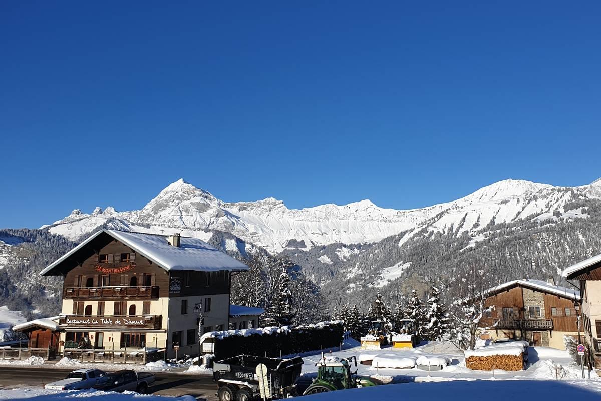 Hôtel le Mont Bisanne avec la chaine des Aravis en fond