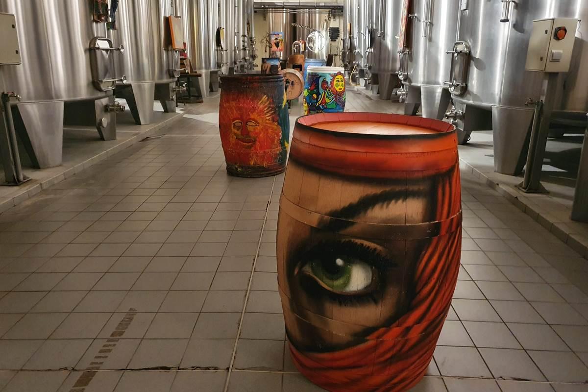 Dans le chais, exposition de barriques peintes