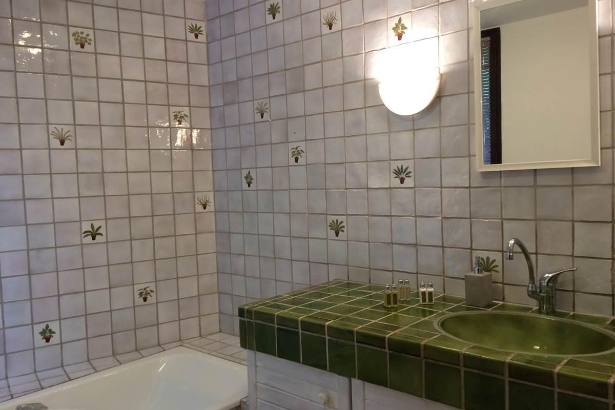 La salle de bains de la suite du  rez de chaussée et les produits d'accueil de l'Occitane