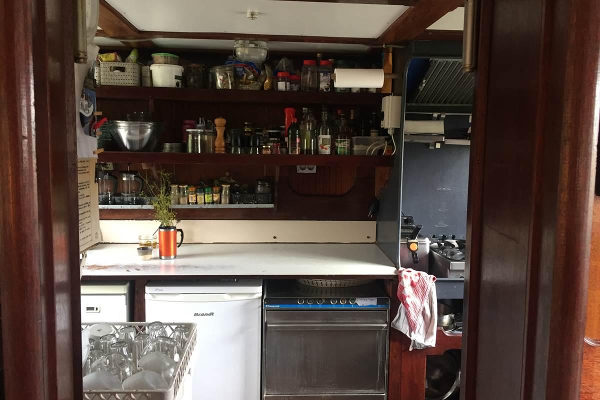la péniche anna maria 4 côté cuisine