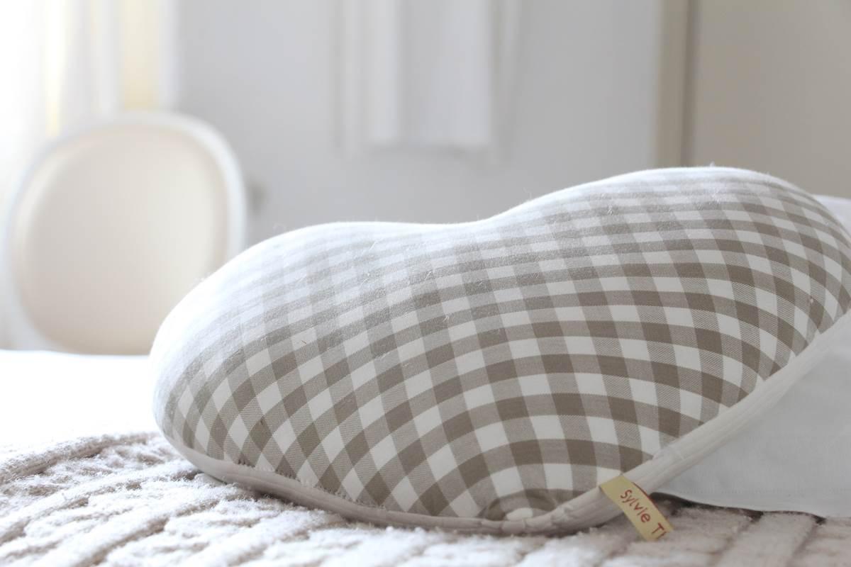 détail déco chambre coton blanc romantique