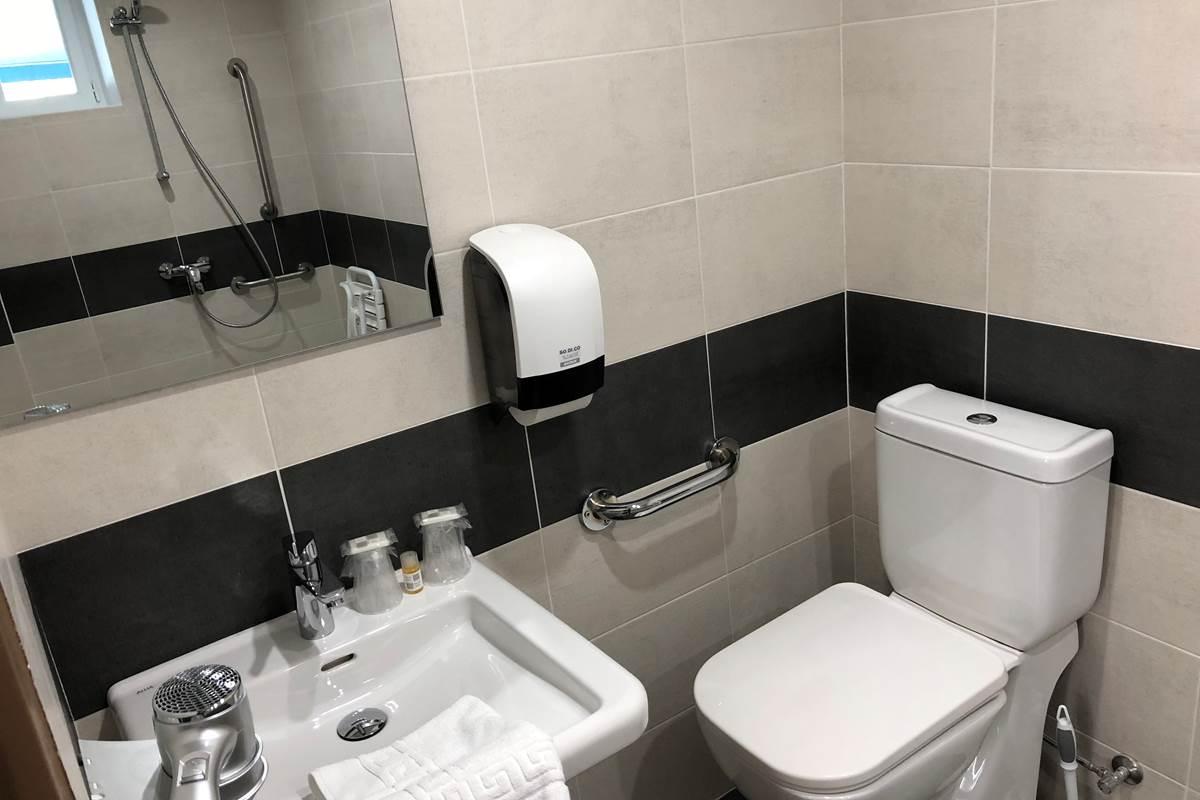 Salle d'eau chambre double Patio, accessible aux personnes à mobilité réduite