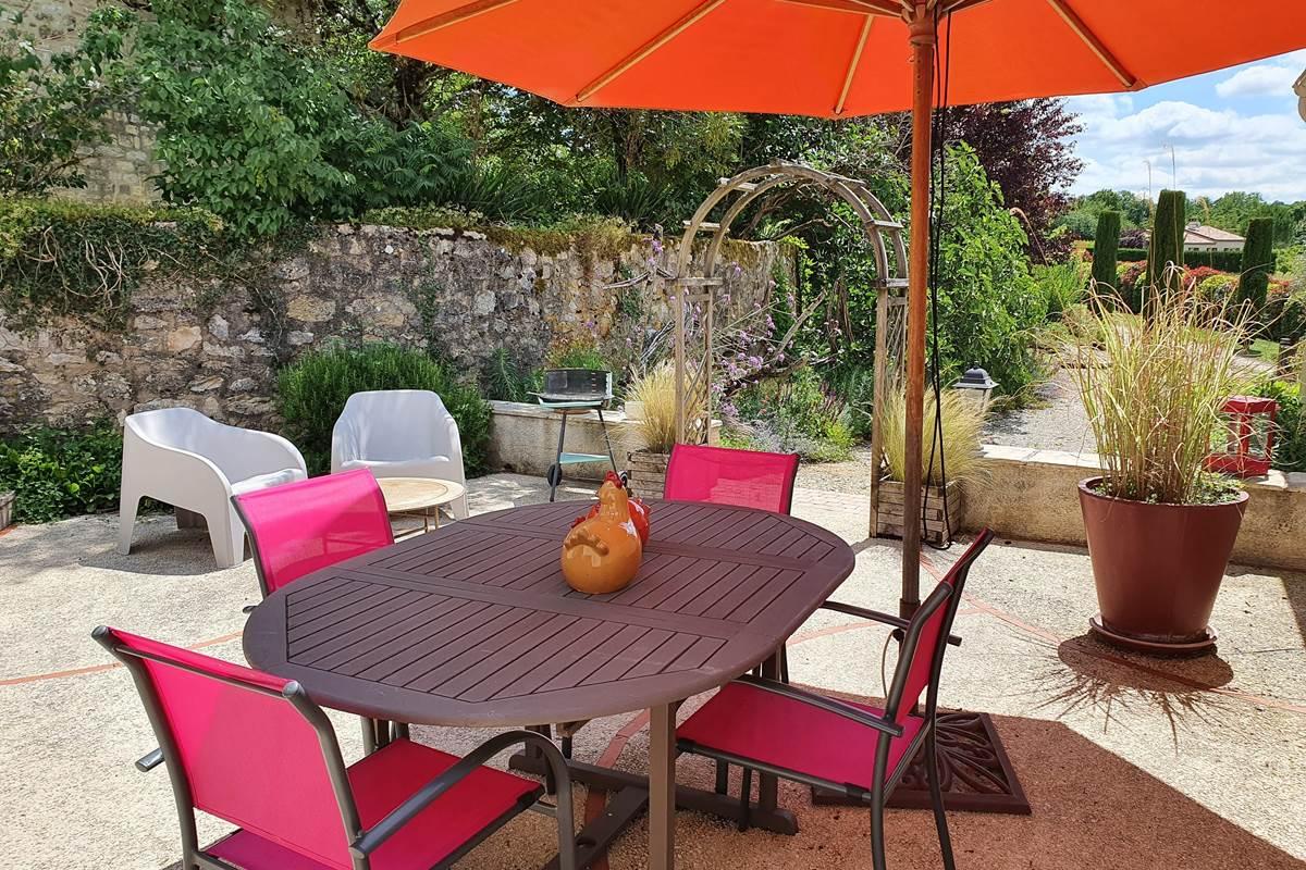 Terrasse du gîte Le Cantalou donnant sur le jardin
