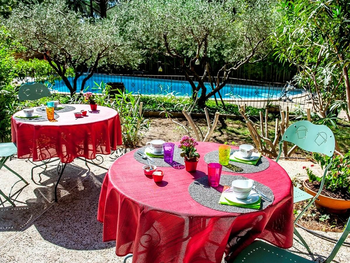 112 Le petit déjeuner servi sur la terrasse face à la piscine