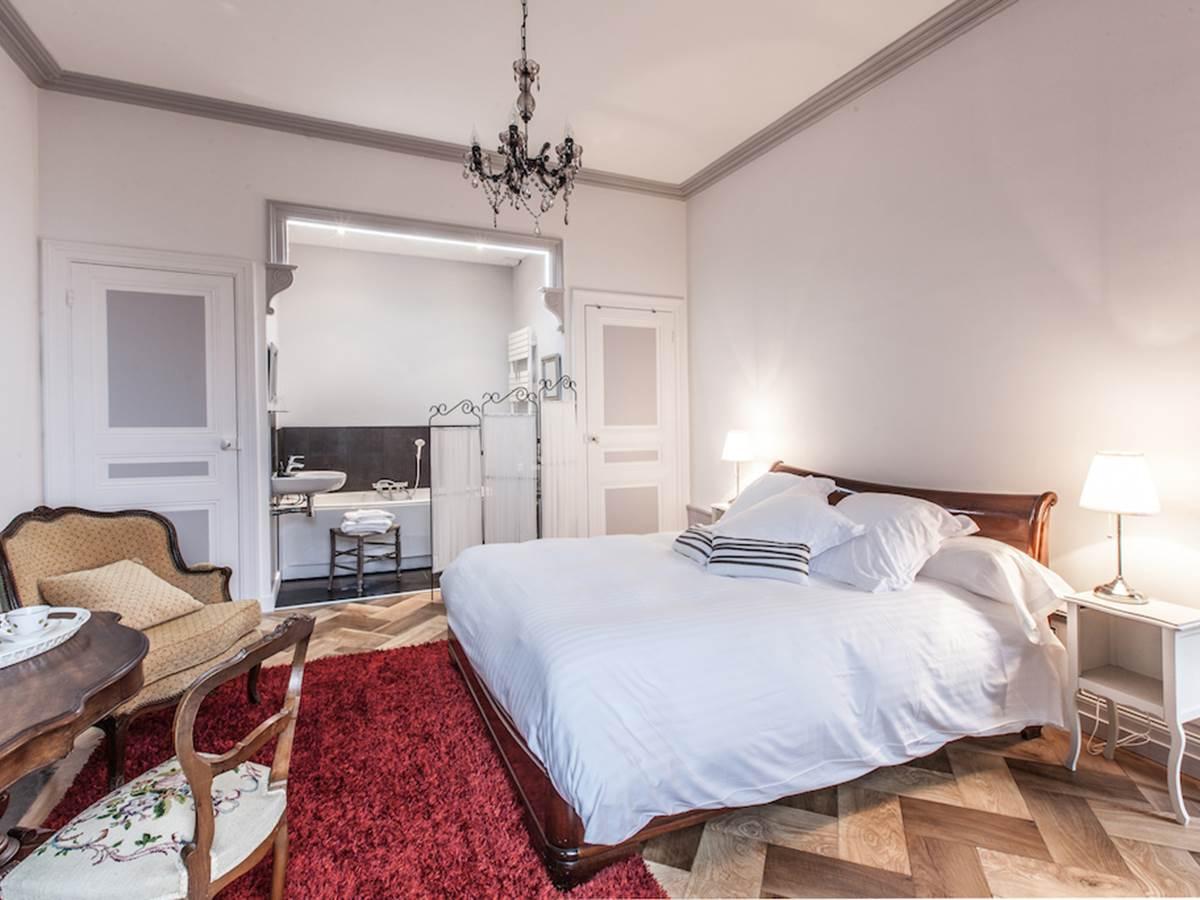 Chambre Ravel avec baignoire et douche