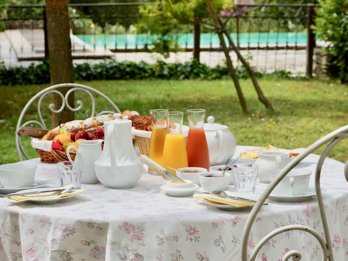 Petit déjeuner français vers Carcassonne en face piscine aux chambres d'hôtes la Rougeanne