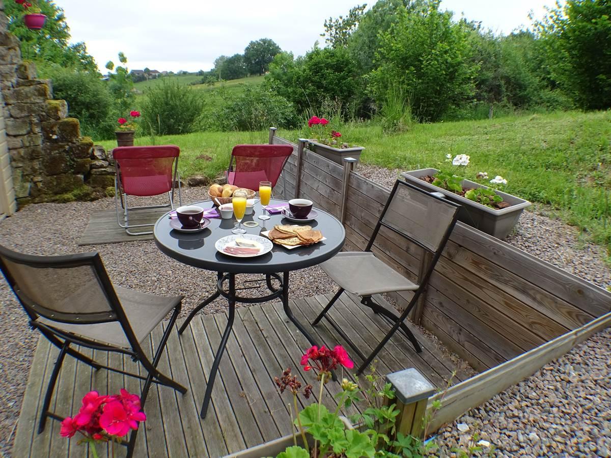 les instants voles spa privatif - Chambre Réglisse, petit-déjeuner sur la terrasse.