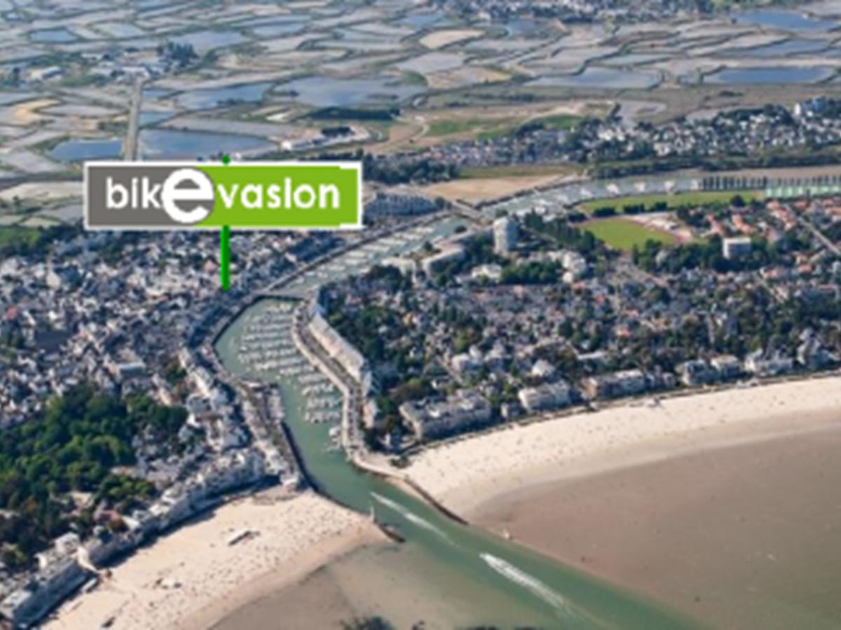 idéalement situé à proximité du port, le parking du port est en accés direct vers Bikevasion