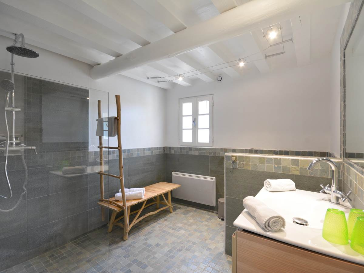 la salle de bain avec douche  a l italienne