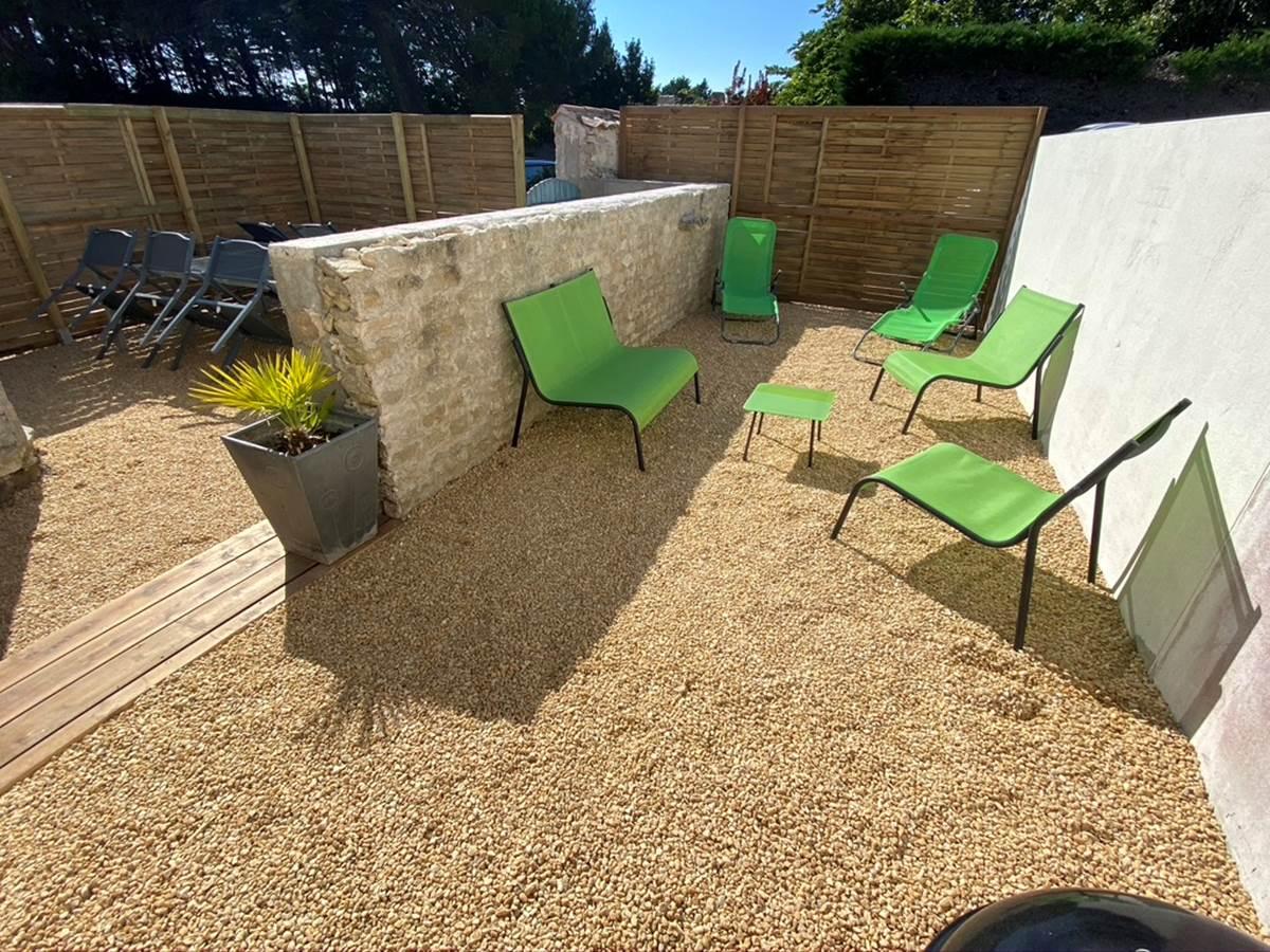 Terrasse privative avec coin salon et barbecue