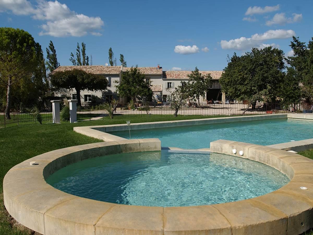 La piscine extérieure et le jacuzzi